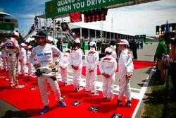 Esteban Ocon, Force India, et Fernando Alonso, McLaren, disent bonjour aux grid kids