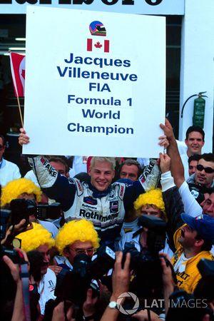 Jacques Villeneuve y su Williams celebra el campeonato de pilotos