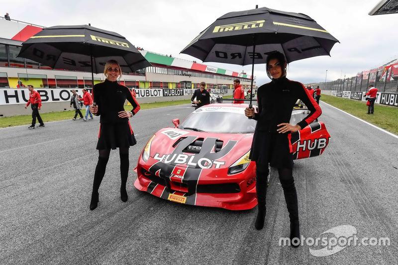 Grid girls with #107 Scuderia Corsa - Ferrari Silicon Valley Ferrari 488: Martin Fuentes
