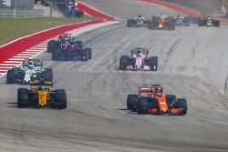 Carlos Sainz Jr., Renault Sport F1 Team RS17 and Fernando Alonso, McLaren MCL32 battle