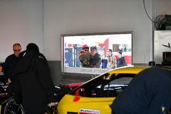 Des fans observent le garage Corvette Racing