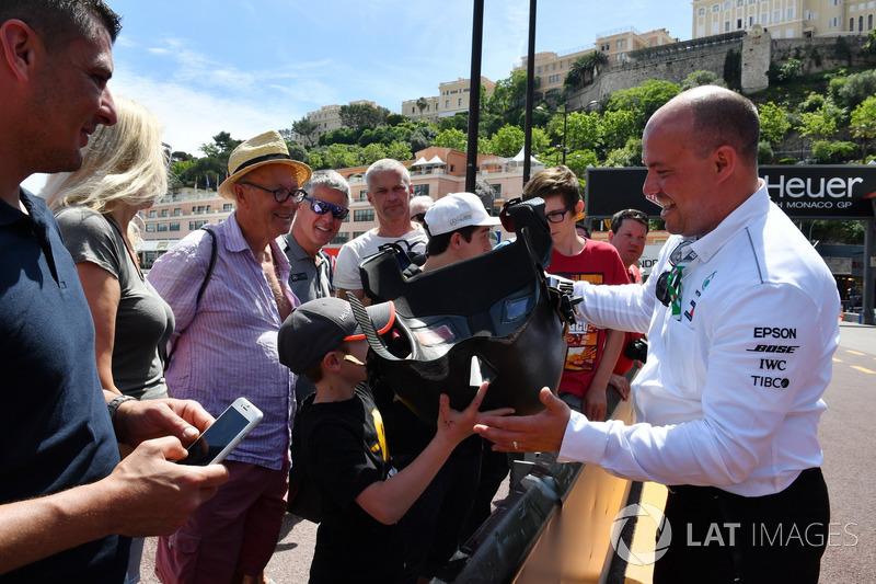 Болельщикам показывают сиденье Mercedes-AMG F1 W09