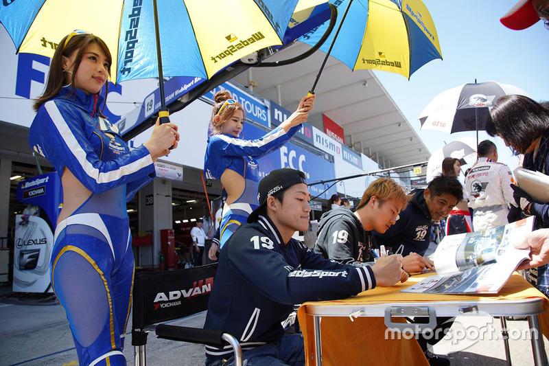 #19 Team WedsSport Bandoh Lexus LC500: Kenta Yamashita, Yuji Kunimoto with grid girls