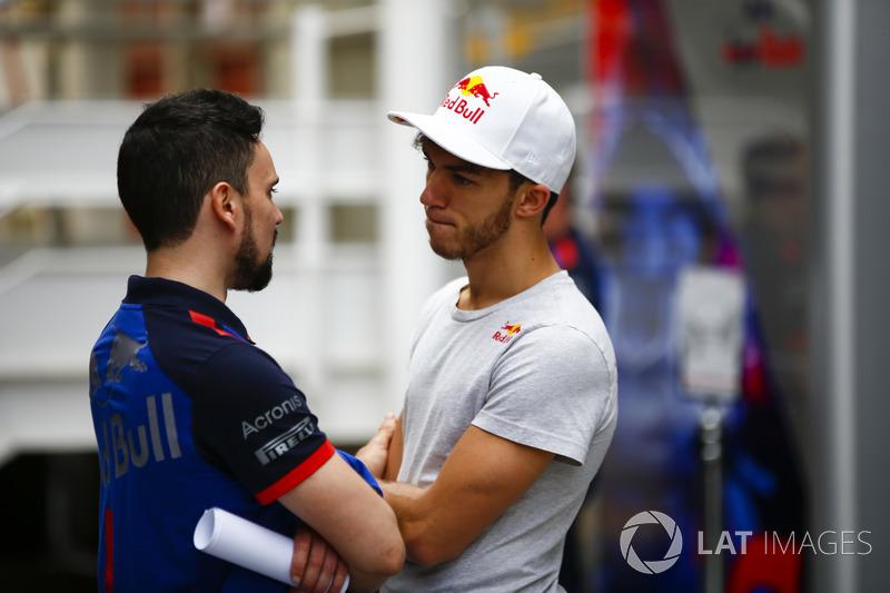 Pierre Gasly, Toro Rosso, parla con un collega