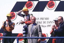 Podyum: Yarış galibi Valentino Rosst, Aprilia, 2. Noboru Ueda, Honda, 3. Jorge Martínez, Aprilia