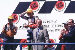 Podio: ganador de la carrera Valentino Rosst, Aprilia, segundo lugar Noboru Ueda, Honda, tercer lugar Jorge Martínez, Aprilia