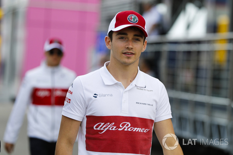 Charles Leclerc, Sauber, cammina davanti Marcus Ericsson, Sauber