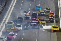 Matt Kenseth, Joe Gibbs Racing Toyota and Jimmie Johnson, Hendrick Motorsports Chevrolet wreck