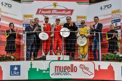 Podio Trofeo Pirelli: ganador de la carrera # 8 Octane 126 Ferrari 488: Fabio Leimer, segundo lugar # 1 octano 1