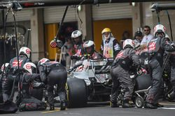 Kevin Magnussen, Haas F1 Team VF-17 makes a pitstop