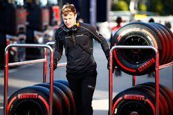Un mecánico de McLaren rueda un carro de neumáticos Pirelli