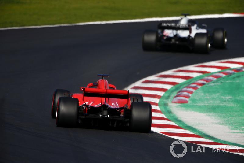 Romain Grosjean, Haas F1 Team VF-18, Kimi Raikkonen, Ferrari SF71H