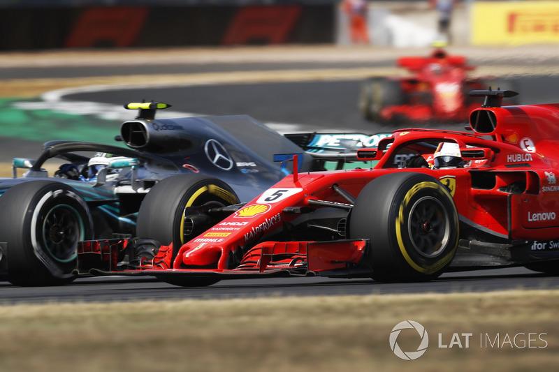 Valtteri Bottas, Mercedes AMG F1 W09, con Sebastian Vettel, Ferrari SF71H