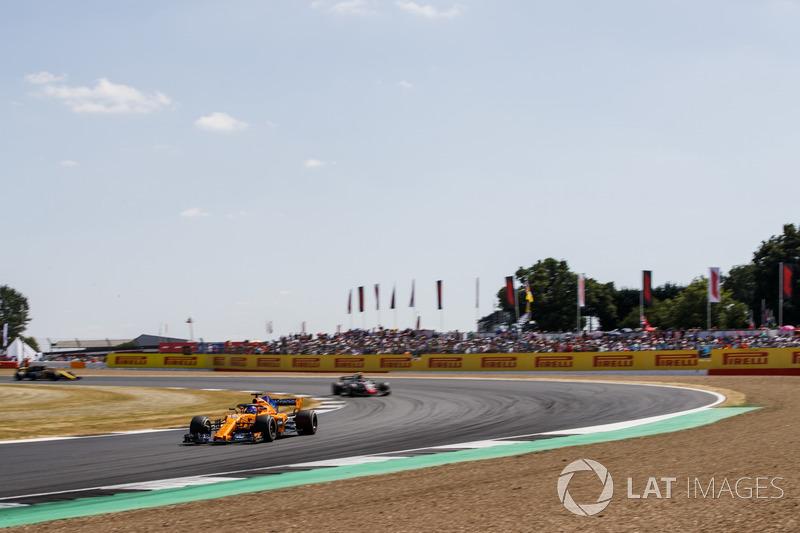 Fernando Alonso, McLaren MCL33, y Kevin Magnussen, Haas F1 Team VF-18
