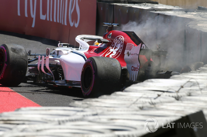 Marcus Ericsson, Sauber C37 crashes in FP1 and catches fire