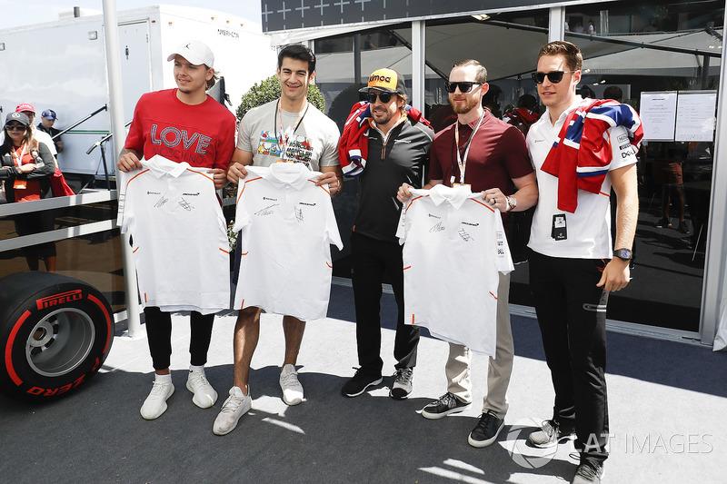 Fernando Alonso, McLaren, y Stoffel Vandoorne, McLaren, con jugadores de hockey canadienses