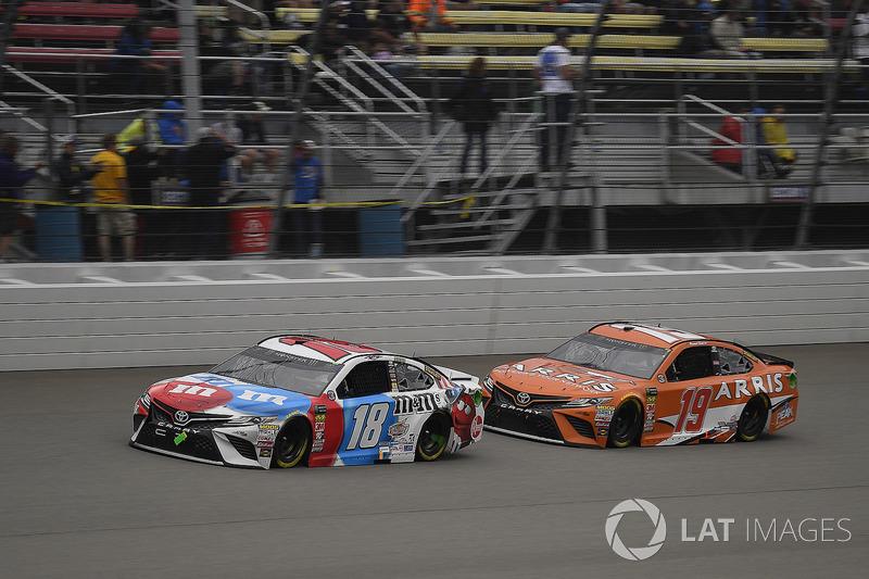Kyle Busch, Joe Gibbs Racing, Toyota Camry M&M's Red White & Blue e Daniel Suarez, Joe Gibbs Racing