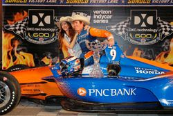 Scott Dixon, Chip Ganassi Racing Honda celebrates in victory lane with his wife Emma