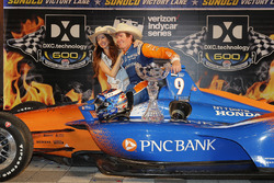 Scott Dixon, Chip Ganassi Racing Honda celebra en victory lane con su esposa Emma