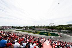 Lewis Hamilton, Mercedes AMG F1 W09, y Daniel Ricciardo, Red Bull Racing RB14,