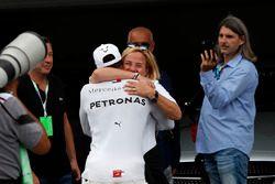 Pole sitter Lewis Hamilton, Mercedes-AMG F1 świętuje w parku zamkniętym