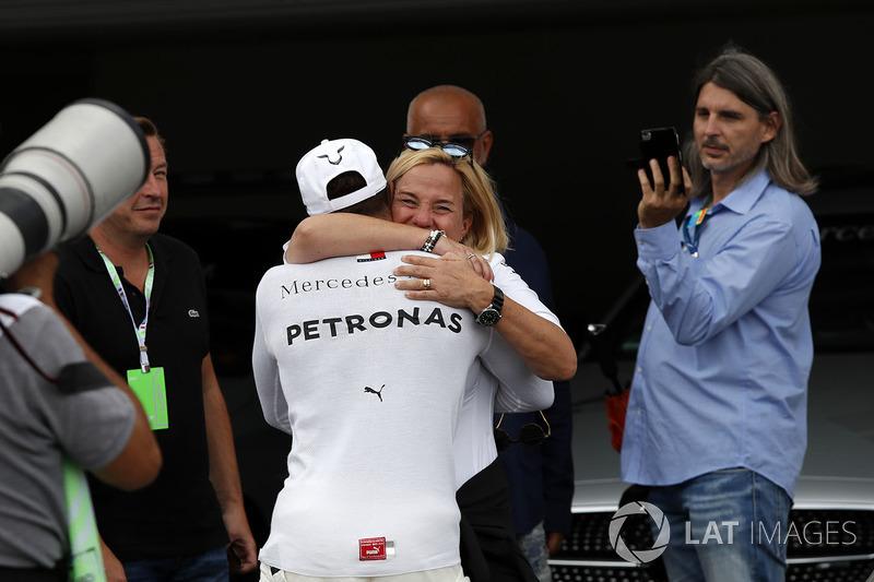 Il poleman Lewis Hamilton, Mercedes-AMG F1 festeggia nel parco chiuso