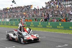 #8 Toyota Gazoo Racing Toyota TS050: Себастьян Буемі, Казукі Накадзіма та Фернандо Алонсо святкують перемогу на трасі