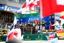 Podio assoluto: i vincitori Sébastien Buemi, Kazuki Nakajima, Fernando Alonso, Toyota Gazoo Racing, al secondo posto Mike Conway, Kamui Kobayashi, Jose Maria Lopez, al terzo posto Mathias Beche, Gustavo Menezes, Thomas Laurent, Rebellion Racing