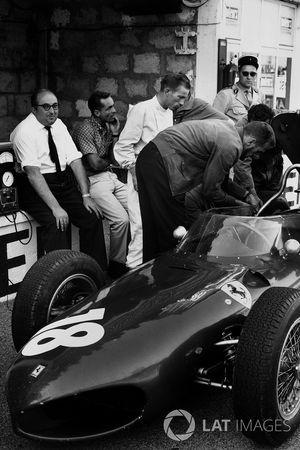Carlo Chiti, progettista del motore Ferrari, seduto al muretto box con Phil Hill e Richie Ginther