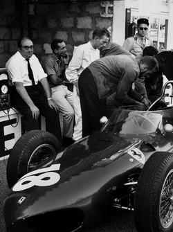 Карло Кити, конструктор Ferrari, Фил Хилл и Ричи Гинтер