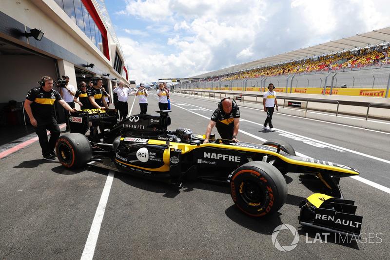 Aseel Al-Hamad, se prepara para conducir el F1 E20 de Renault de 2012 en el Renault Passion Parade