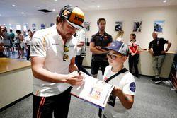 Fernando Alonso, McLaren, zet handtekeningen voor de fans
