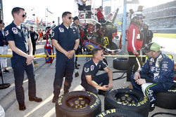 U.S.A.F. Thunderbirds crew con Brandon Jones, Joe Gibbs Racing, Juniper Toyota Camry crew