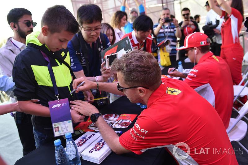 Sebastian Vettel, Ferrari firma autógrafos