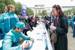 Ma Qing Hua, NIO Formula E Team, signe des autographes