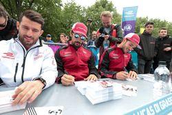 Jose Maria Lopez, Dragon Racing, Lucas di Grassi, Audi Sport ABT Schaeffler, adn Daniel Abt, Audi Sport ABT Schaeffler signent des autographes