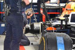 Mecánico de Red Bull Racing trabajando en Max Verstappen, Red Bull Racing RB14 después de su choque