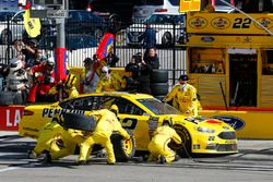 Joey Logano, Team Penske, Ford Fusion Pennzoil pit stop