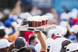 Des bières dans la tribune