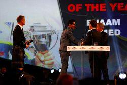 Enaam Ahmed, Christian Horner ve Martin Brundle'dan ödülünü alıyor