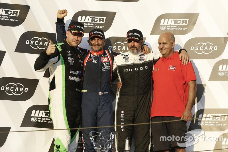 Podio: il vincitore della gara Gabriele Tarquini, BRC Racing Team Hyundai i30 N TCR, il secondo classificato Norbert Nagy, Zengo Motorsport Cupra TCR, il terzo classificato Yvan Muller, YMR Hyundai i30 N TCR