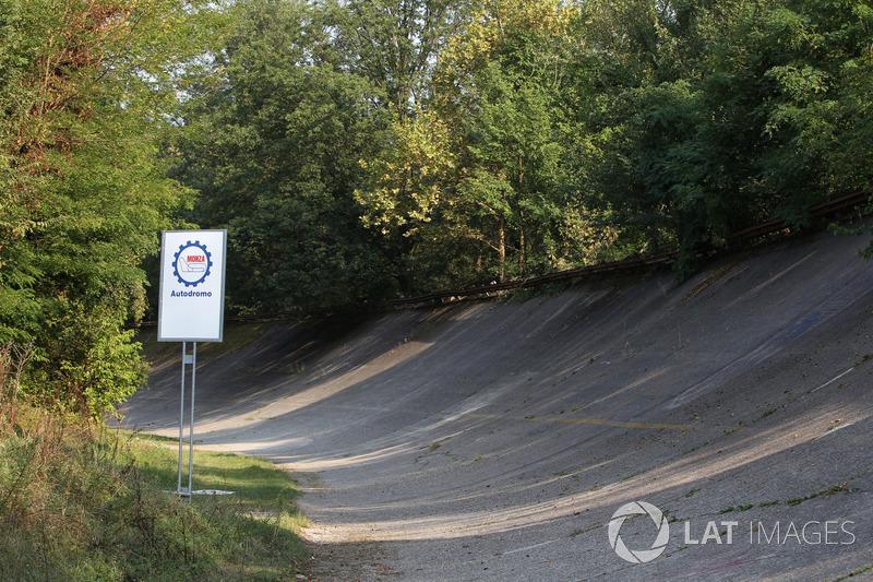 Когда Формула 1 приехала в Монцу, Прост уже опережал Сенну на 28 очков (по тем временам это почти три победы), Хилл и Шумахер были совсем близко от Айртона.