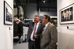 Tim Wright in gesprek met Nigel Mansell op de LAT Images stand