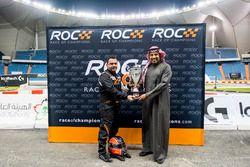 Mansour Chebli, reçoit un trophée des mains du Prince Khaled Al Faisal, président de la fédération automobile d'Arabie Saoudite après sa victoire dans le ROC Factor Middle East