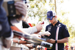 Sergio Pérez, Force India, firma autógrafos