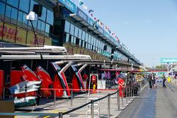 Mercedes AMG F1 en Ferrari garages