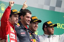 Podio: ganador de la carrera Sebastian Vettel, Red Bull Racing, segundo lugar Fernando Alonso, Ferra