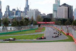 Départ : Kevin Magnussen, Haas F1 Team VF-18 devant Max Verstappen, Red Bull Racing RB14