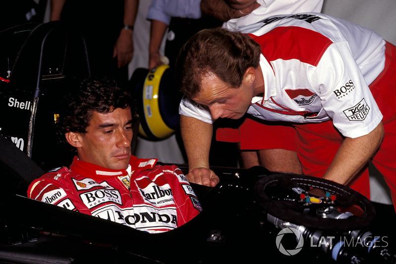 Ayrton Senna, McLaren discute avec Josef Leberer, physio McLaren