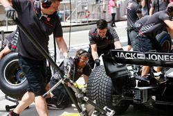 Meccanici Haas Mechanic durante una prova di pit stop